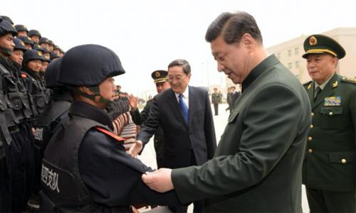 Ông Tập kiểm tra một đơn vị cảnh sát vũ trang Trung Quốc. Ảnh: China Daily.