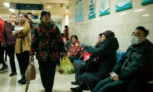 Bệnh nhân chờ đợi trong một bệnh viện ở Hà Bắc, Trung Quốc tháng 12 năm ngoái. Ảnh: AFP.