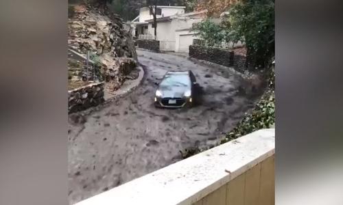 Lũ bùn cuốn phăng ôtô có hai người bên trong ở Mỹ