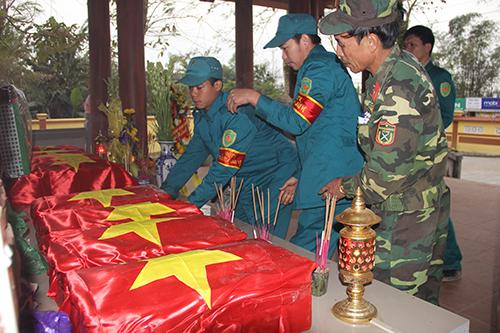 Các hài cốt liệt sĩ được quy tập về Nhà tưởng niệm anh hùng liệt sĩ xã Hải Lệ chờ làm lễ truy điệu. Ảnh: HP