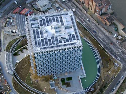 Đại sứ quán mới của Mỹ có những tấm pin mặt trời trên mái nhà để cung cấp điện