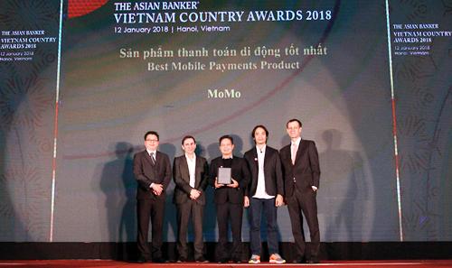 Đại diện ví MoMo nhận giải thưởng Sản phẩm chi trả di động tốt nhất Việt Nam.