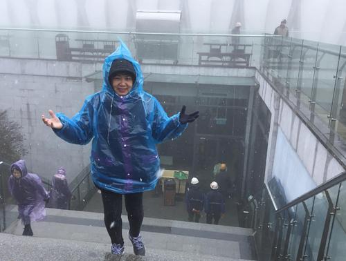 Tuyết rơi với mật độ thưa ở ga cáp treo lên đỉnh Fansiapan. Ảnh: Đức Hùng.