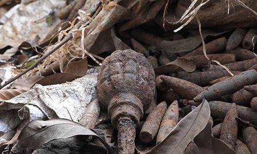 Di dời sáu tấn đầu đạn trong vườn nhà dân