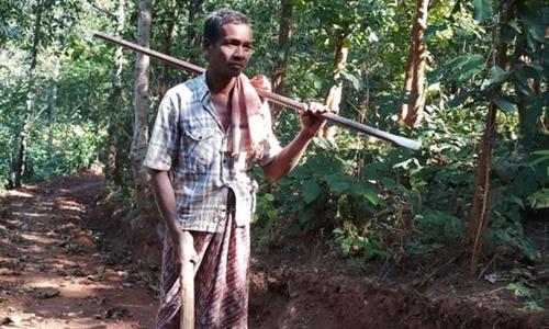 Người đàn ông Ấn Độ hai năm bạt núi làm 8 km đường cho con đi học