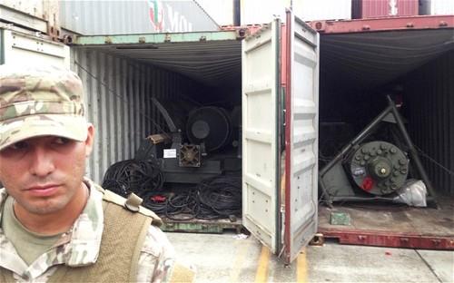 Một binh sĩ Panama canh gác cạnh các container chứa vũ khí của tàu Chongchongang. Ảnh:Reuters.