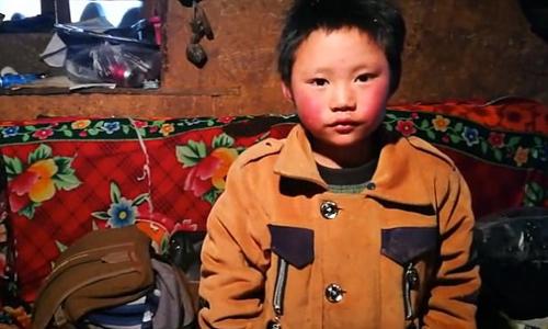 Ngôi nhà đất của cậu bé Trung Quốc tóc đóng băng đến trường