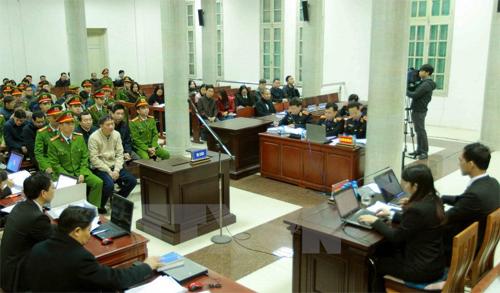 Phiên tòa sáng 13/1, bị cáo Trịnh Xuân Thanh ngồi hàng ghế đầu tiên. Ảnh: TTXVN
