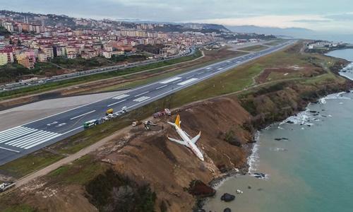 Máy bay chở hơn 160 người trượt khỏi đường băng, treo vách đá - ảnh 2