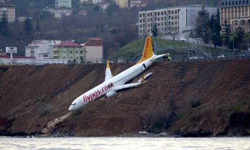 """Máy bay chở hơn 160 người trượt khỏi đường băng, """"treo"""" vách đá"""