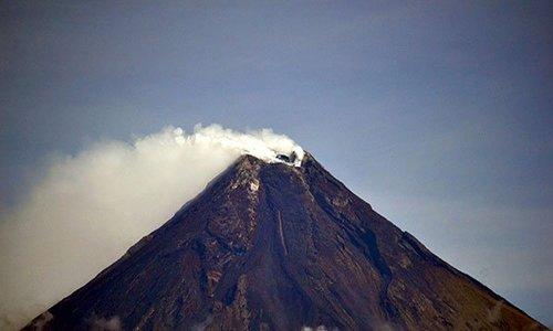 Núi lửa phun tro bụi cao 2.500 m, dân Philippines sơ tán