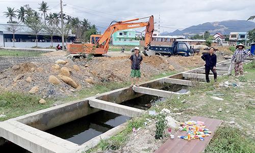 Bé trai tử vong trong hố nước công trình