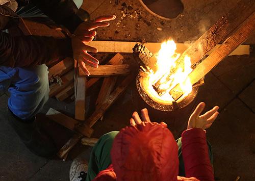 Trời rét, người Hà Nội đốt lửa sưởi ấm. Ảnh: Ngọc Thành.