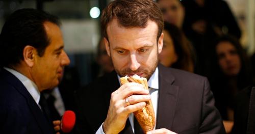 Tổng thống Pháp cầm bánh mì baguette. Ảnh: