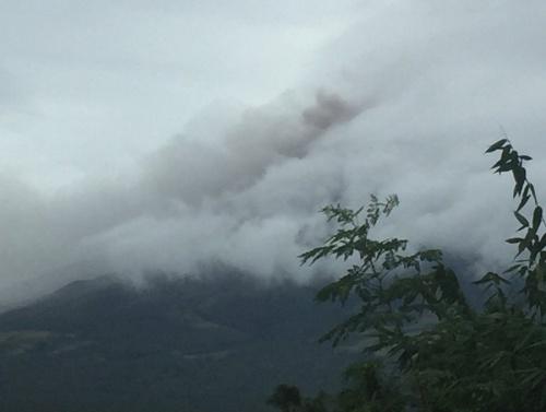 Núi lửa phun tro bụi. Ảnh: phivolcs_dost