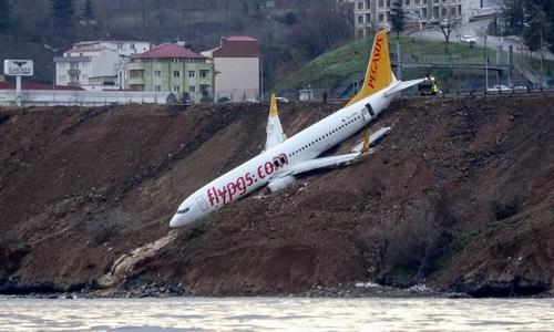 """Hành khách hoảng sợ khi máy bay """"treo"""" vách đá ở Thổ Nhĩ Kỳ"""