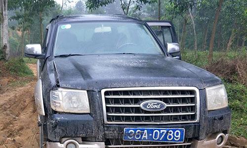 Lâm tặc tông xe khách chở gỗ lậu vào ôtô kiểm lâm