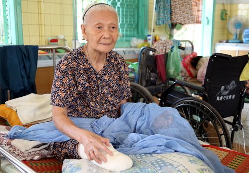 Cụ Anh với 40 năm sống đơn đọc trong làng phong Bến Sắn khi chưa một lần có người thân ghé thăm. Ảnh: Phước Tuấn