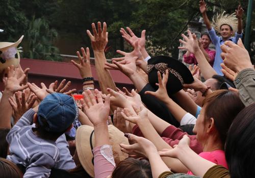 Hàng trăm người giơ tay xin lộc trong ngày khai hội chùa Hương năm 2017. Ảnh: Võ Hải.