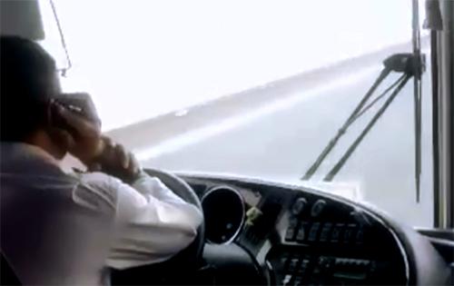 Nhiều lái xe khách vừa lái xe vừa nghe điện thoại. Ảnh cắt từ clip.