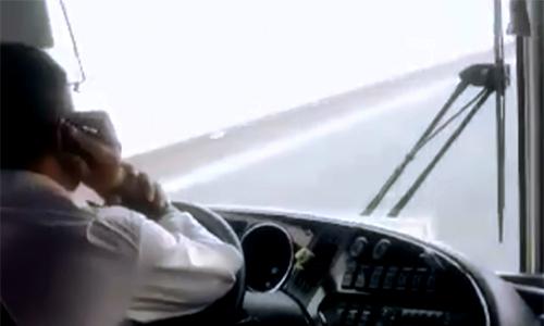 Đề xuất cấm dùng điện thoại di động khi lái ôtô