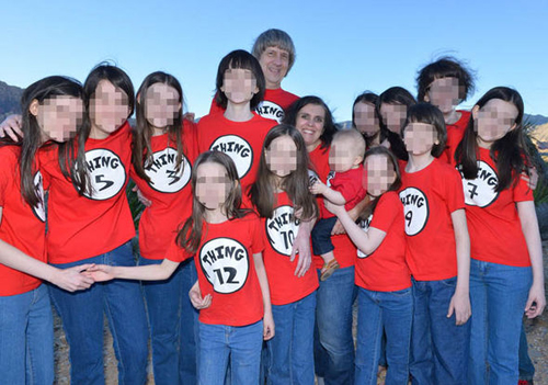 Trong một bức ảnh gia đình, những người con ăn mặc giống nhau và được đánh số trên áo, có vẻ như theo độ tuổi, kèm từ Thing (thứ, vật). Ảnh:Independent.