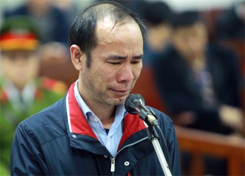 Bị cáo Thuận khóc khi nói lời sau cùng. Ảnh: TTXVN