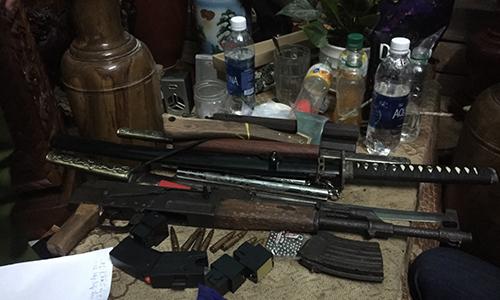 Kẻ buôn ma túy thủ súng AK trong phòng ngủ -