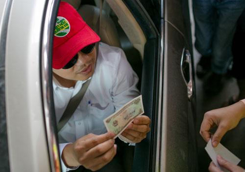 Tài xế trả tiền lẻ gây ùn tắc giao thông tại trạm thu phí Cai Lậy. Ảnh: Thành Nguyễn