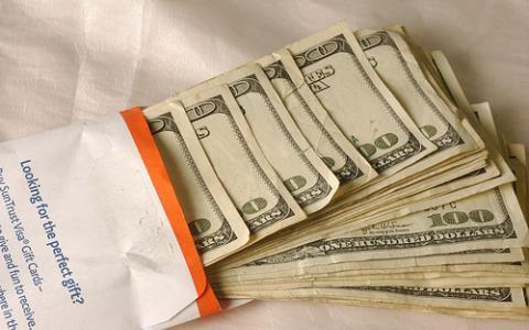 Cô gái nổi lòng tham trước 6.000 USD của người tình trung niên -