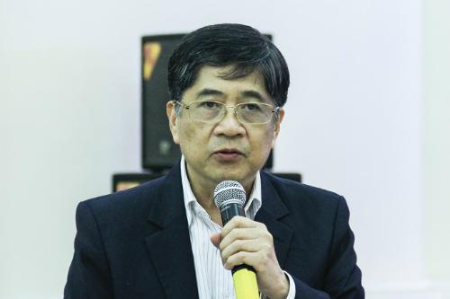 GS Nguyễn Lộc, chủ biên môn tiếng Anh thông tin về thời lượng môn học. Ảnh: Dương Tâm