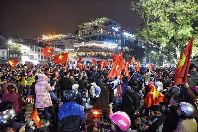 Phố đi bộ Hà Nội 'thất thủ' sau chiến thắng của U23 Việt Nam