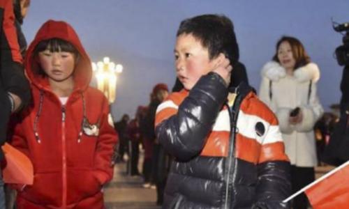 """""""Cậu bé tóc băng"""" cùng bố và chị được tài trợ tham quan Bắc Kinh"""