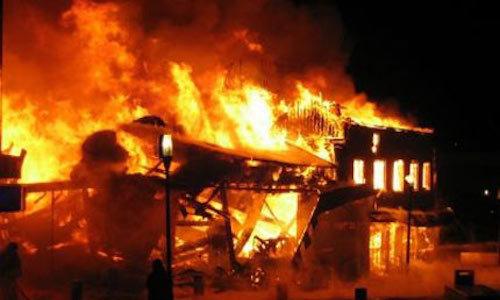 Đốt cháy nhà vì cãi nhau với bố đẻ