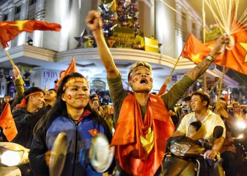 Cổ động viên ở Hà Nội xuống đường cổ vũ sau trận đấu tối 20/1, Việt Nam thắng Iraq. Ảnh: Giang Huy.