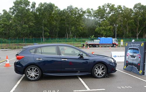 Thử nghiệm hệ thống xử lý bướm ga trước va chạm trên xe Subaru. Ảnh: Thành Nhạn.