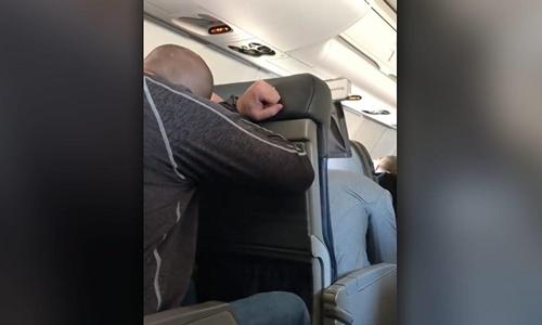 Khoảnh khắc hành khách máy bay Mỹ chuẩn bị hạ cánh khẩn cấp
