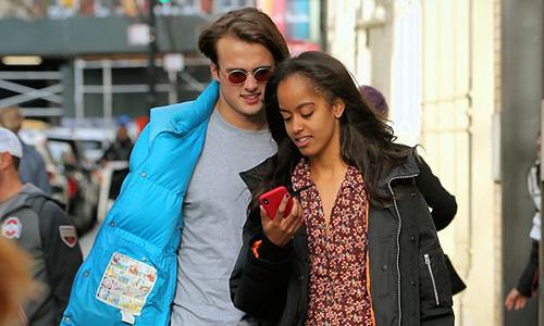 Con gái Obama thân mật với bạn trai trên phố