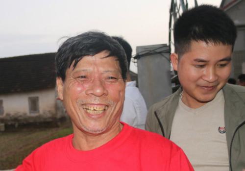 Ông Bùi Như Quang (áo đỏ), bố trung vệ Bùi Tiến Dũng. Ảnh: Đức Hùng