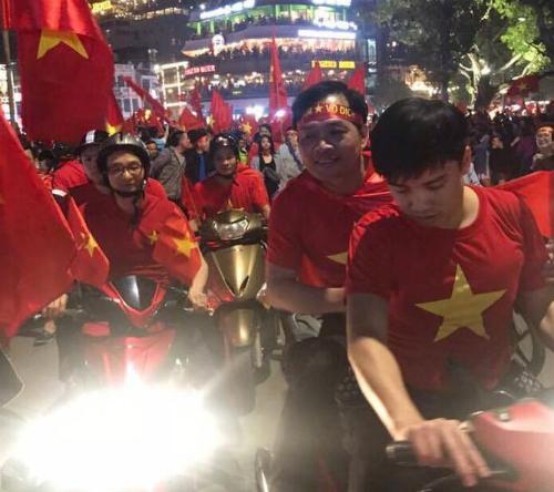 Phó thủ tướng Vũ Đức Đam đi xe máy xuống đường ăn mừng chiến thắng của U23 Việt Nam. Ảnh: N.T