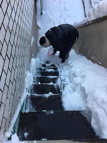 Anh Trung Hiếu dọn tuyết trước nhà sáng nay. Ảnh: NVCC