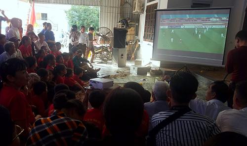 Mọi người theo dõi U23 Việt Nam thi đấu qua màn hình máy chiếu tại nhà trung vệ Bùi Tiến Dũng ở Hà Tĩnh. Ảnh: Đức Hùng