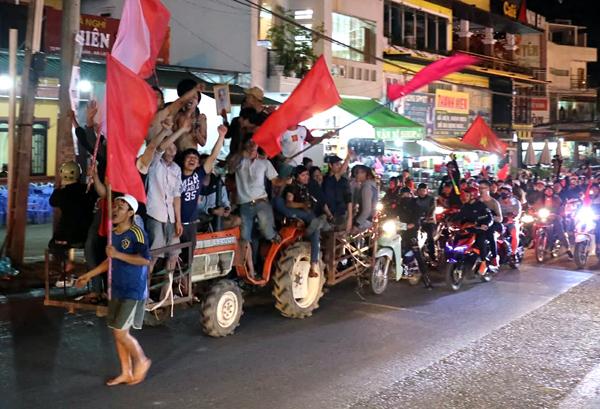 Người dân Đà Lạt đi máy cày cổ vũ. Ảnh: Khánh Hương.