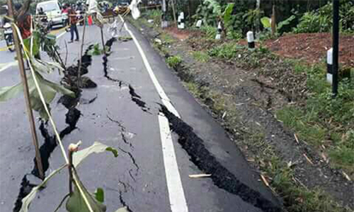 Động đất 6 độ khiến đường nứt gãy ở Indonesia