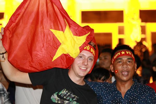 Người nước ngoài cũng xuống đường cổ vũ ở Nha Trang. Ảnh: Xuân Ngọc.