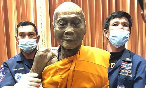 """Nhà sư Thái Lan """"mỉm cười"""" sau khi qua đời hai tháng"""