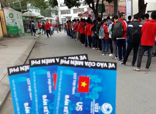 Sinh viên xếp hàng dài nhận vé xem bóng đá miễn phí tại Đại học Bách Khoa Hà Nội.