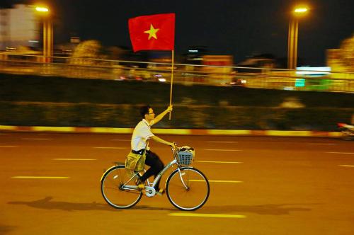 Hình ảnh dễ thương của cậu học trò Sài Gòn trong đêm mừng chiến thắng.