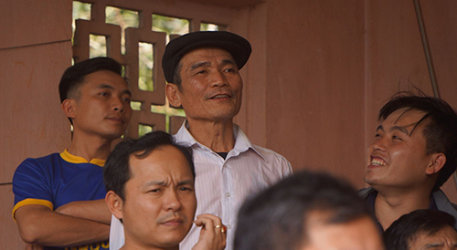 Bố thủ thành Tiến Dũng - ông Bùi Văn Khánh (người đội mũ) sẽ hoàn kế hoạch bay sang Trung Quốc dù đã hoàn tất thủ tục. Ảnh: Lam Sơn.