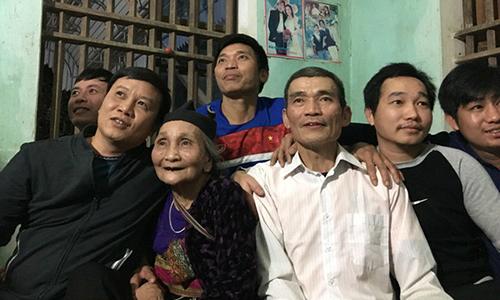 Mẹ thủ môn Tiến Dũng khóc khi U23 Việt Nam giành chiến thắng